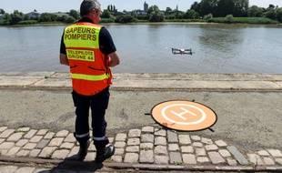 Le 25 juin, un membre des secours pilote un drone au-dessus de la Loire à Nantes, où Steve a disparu.