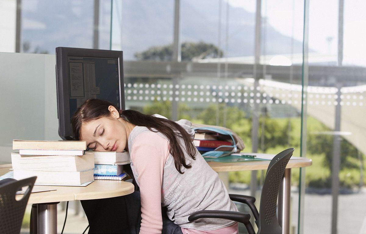 Une adolescente dort sur ses livres. – OJO Images / Rex Featur/REX/SIPA