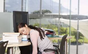 Une adolescente dort sur ses livres.