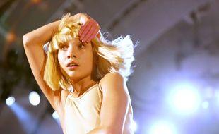 La jeune danseuse Maddie Ziegler est l'interprète du clip de la chanson Chandelier de Sia (ici lors d'un concert à Los Angeles le 24 octobre 2014)