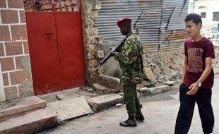 Un policier armé sur les lieux d'une attaque à Mombasa le 6 juillet 2014
