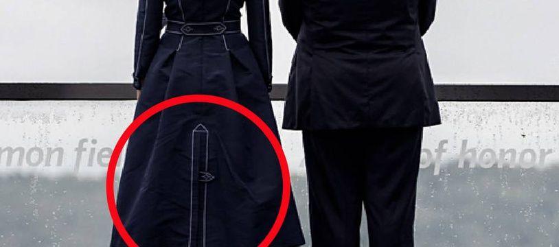 Les coutures à l'arrière du manteau de Melania Trump, ainsi qu'un bouton, évoquent pour certains la forme d'une tour percutée par un avion.