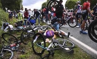 L'une des deux chutes survenues samedi sur le Tour de France.