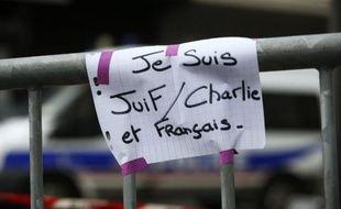 Une affichette sur une barrière de sécurité près de la supérette Hyper Cacher attaquée vendredi, le 10 janvier 2015 à Paris