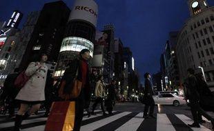 Les lumières de la ville sont éteintes dans le quartier de Ginza pour économiser l'électricité à Tokyo, Japon, le 14 mars 2011.
