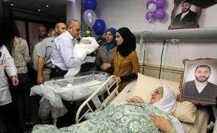 Un Palestinien emprisonné à vie est devenu l'heureux père d'un petit garçon après avoir réussi à faire passer, à l'insu de ses gardes israéliens, un échantillon de son sperme à son épouse, selon sa famille.