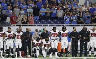 Grady Jarrett et Dontari Poe de l'équipe des Falcons d'Atlanta, un genou à terre durant l'hymne américain.