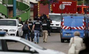 Déploiement policier près de l'église de Saint-Etienne-du-Rouvray, le 26 juillet 2016, où a eu lieu une prise d'otages
