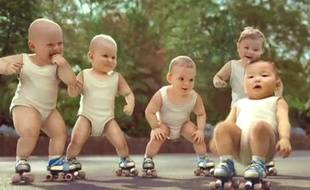 Capture d'écran de la pub des bébés rollers d'Evian.