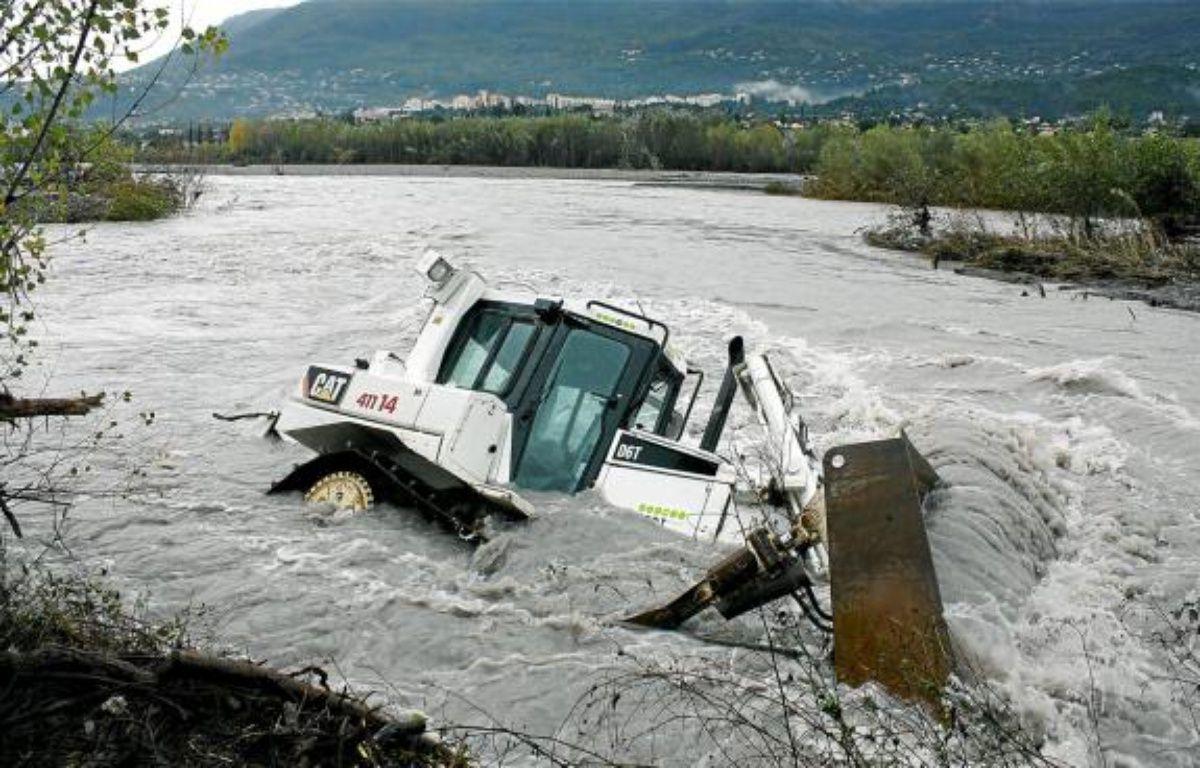 L'engin se serait renversé alors qu'il évoluait sur une rive chargée d'eau. –  A. SELVI / ANP / 20 MINUTES