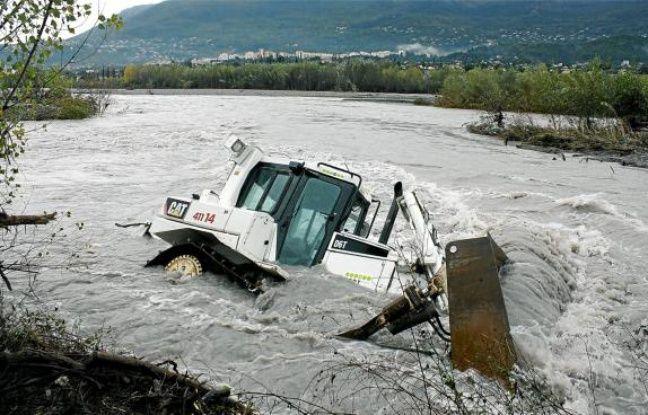 L'engin se serait renversé alors qu'il évoluait sur une rive chargée d'eau.