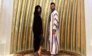Selena Gomez dévoile une cheville dans une mosquée.