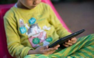 Illustration d'un enfant avec une tablette.