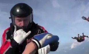 Vidéo d'un parachutiste évanoui, sauvé en chute libre.