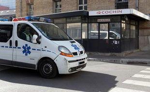 Une ambulance quitte l'hôpital Cochin, à Paris, le 2 avril 2012.