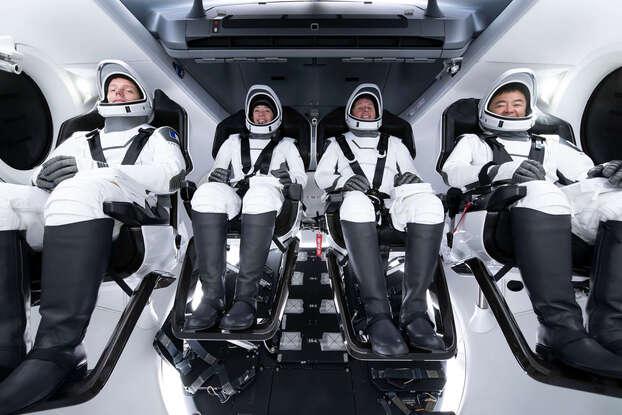 L'équipage des quatre astronautes qui partira ce jeudi vers la Station spatiale internationale. Thomas Pesquet est le premier en partant de la gauche.