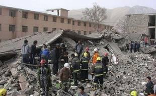 Des secours s'activent dans la zone de Yushu (nord-ouest de la Chine) après un séisme, le 14 avril 2010