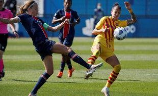 La joueuse du PSG, Rene Paredes, aux prises avec Kheira Hamraoui