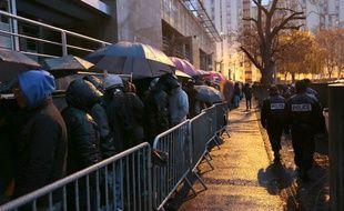 Des citoyens étrangers faisant la queue devant la préfecture de Seine-Saint-Denis à Bobigny.