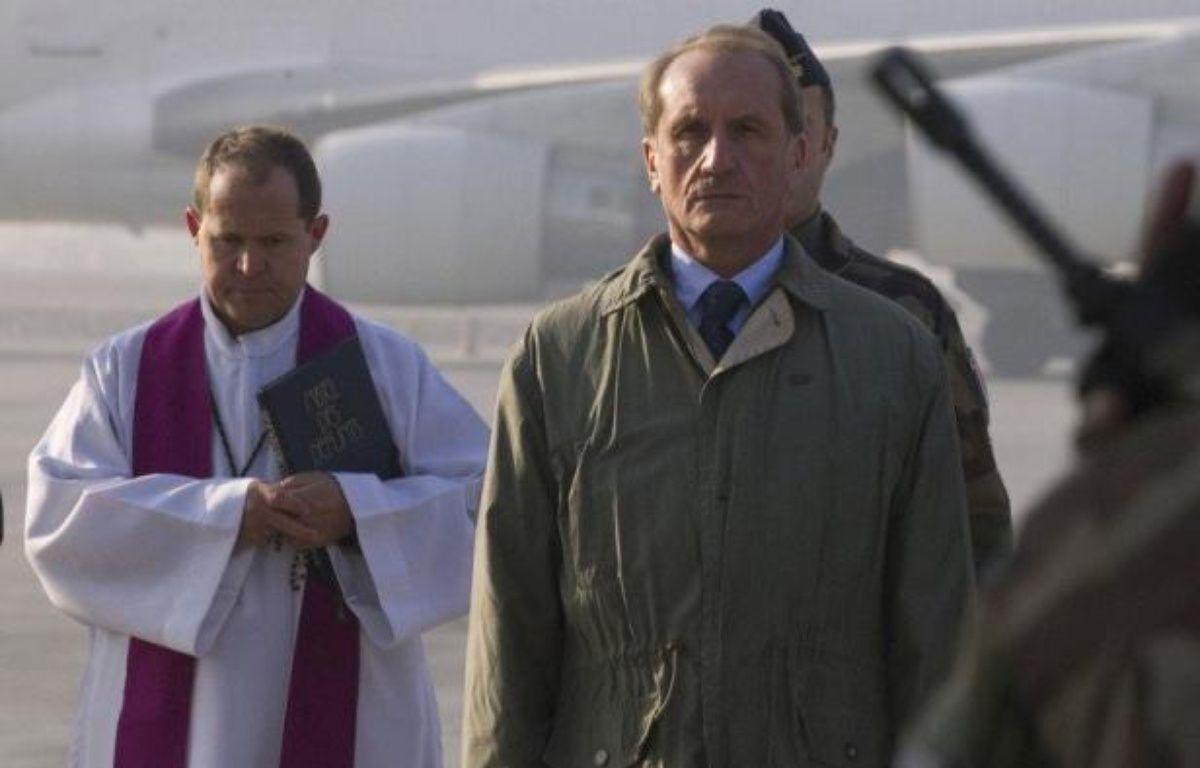 Le ministre français de la Défense, Gérard Longuet, est arrivé samedi matin à Kaboul pour une visite de deux jours auprès des forces françaises en Afghanistan à l'occasion des fêtes de fin d'année, a constaté un journaliste de l'AFP. – Joel Saget afp.com
