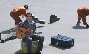 Dave Carroll, dans le clip United breaks guitars, qui cartonne sur le net