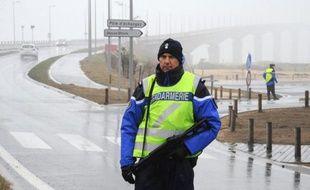 Des gendarmes contrôlent l'accès au pont après l'évasion de deux détenus de la Centrale de l'île de Ré (Charente-Maritimes), le 2 janvier 2015