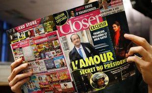 Un homme lit l'hebdomadaire Closer, le 10 janvier 2014, à Paris