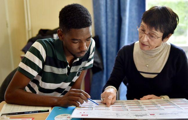 Des cours de français sont organisés pour les migrants de Calais / AFP PHOTO / LOIC VENANCE
