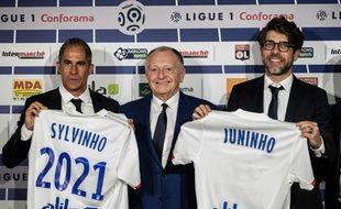 Sylvinho et Juninho entourent Jean-Michel Aulas, ce mardi dans l'auditorium du Parc OL à Décines. JEFF PACHOUD