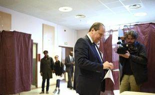 Jean-Christophe Cambadélis, premier secrétaire sortant du Parti socialiste et candidat à sa réélection, vote le 28 mai 2015 à Paris