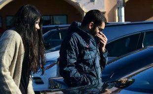 Seto Avakian se protège le nez des odeurs de gaz, devant un centre établi par SocalGas pour aider les résidents de Porter Ranch, en Californie, le 8 janvier 2016