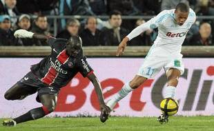 Le Parisien mamadou Sakho tente d'arrêter l'attaquant marseillais Loïc Rémy, le 20 mars 2011, au Stade Vélodrome.