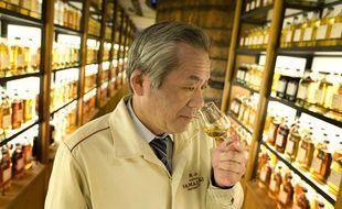 Un expert de la distillerie de whisky de Yamazaki, au Japon.