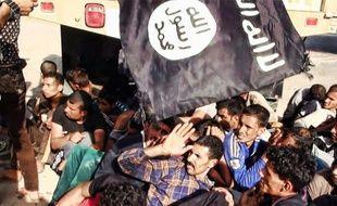 Photo publiée par le site jihadiste Welayat Salahuddin le 14 juin 2014 montrant de présumés prisonniers irakiens aux mains des soldats de l'Etat islamique