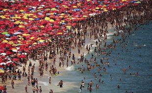La plage d'Ipanema, bondée, à Rio de Janeiro (Brésil). Image non datée apparaissant dans le documentaire Legacy.