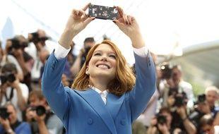 Léa Seydoux prend un selfie au Festival de Cannes 2014.