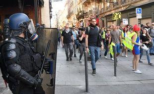 Des manifestants et forces de l'ordre, ici au croisement de la rue Sainte-Catherine et du cours Alsace-Lorraine.
