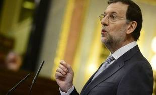 """Le chef du gouvernement espagnol Mariano Rajoy a annoncé mercredi de nouvelles mesures de rigueur, dont une hausse de la TVA, imposant au pays des sacrifices """"qui font mal"""" afin de récupérer 65 milliards d'euros et de répondre aux exigences de Bruxelles."""