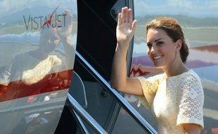 Le magazine Closer a restitué mercredi au prince William et à son épouse Kate ses supports numériques contenant les photographies de la jeune femme seins nus, prises lors des vacances du couple sous le soleil de Provence, a-t-on appris de sources proches du dossier.