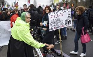 Une enseignante manifeste à Nantes le 17 décembre 2019.Crédit:SEBASTIEN SALOM GOMIS/SIPA.