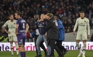 Un supporter du PSG a pénétré sur la pelouse du Stadium de Toulouse pour prendre un selfie avec Kylian Mbappé, le 31 mars 2019.