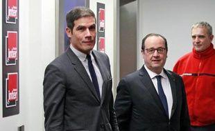 Le président de la République, François Hollande (c), le 5 janvier 2015 à France Inter, accueilli par le PDG de Radio France, Mathieu Gallet
