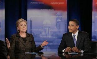 De l'avis de son propre mari l'ex-président Bill Clinton, soit Mme Clinton remporte les primaires à la fois du Texas (sud) et de l'Ohio (nord), et elle peut poursuivre sa campagne, soit elle perd tout espoir de combler l'écart avec M. Obama.