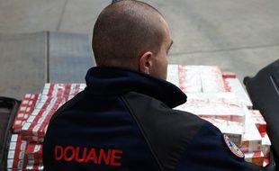 Lundi, les douanes de Lyon qui viennent de saisir 2,4 tonnes de cigarettes de contrebande, avaient déjà saisi 230 cartouches destinées à la revente illégale.