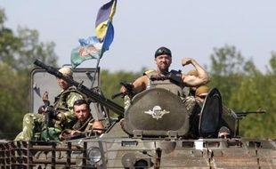Des soldats des forces gouvernementales ukrainiennes à bord d'un char, le 9 août 2009, dans la région de Donetsk