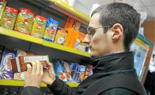 Quand il fait ses courses, Adrien étudie avec minutie les étiquettes des produits pour identifier leurs composants.