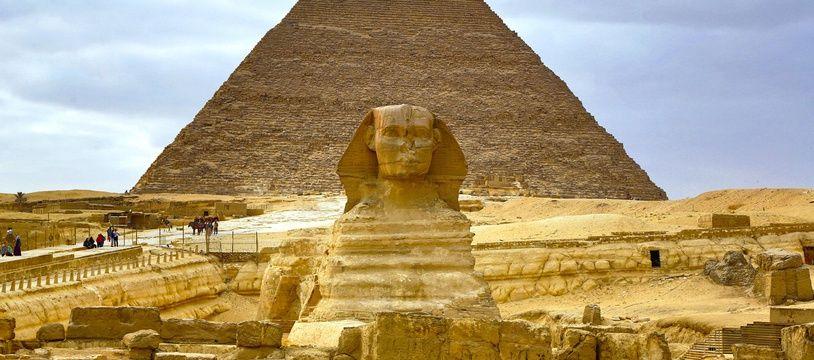 Le plateau de Gizeh avec sa pyramide et le Sphinx.