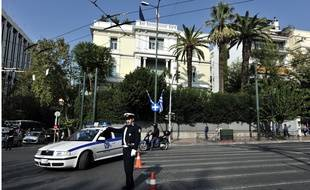 Un policier devant l'ambassade de France à Athènes (illustration).
