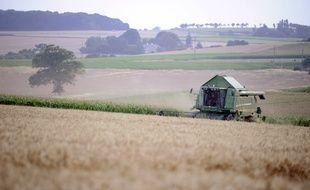 Un agriculteur français récolte un champ de blé. (Photo illustration).