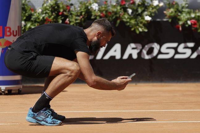 Benoît Paire prend en photo la marque d'une balle qu'il estimait bonne lors du 1er tour du Masters 1000 de Rome le 10 mai 2021.